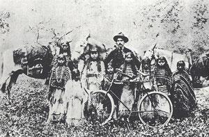 Der Methodist J. J. Methvin, einer der vielen Missionare, die bei den Plains-Stämmen Seelen zu retten versuchten, wird hier im Indian Territory mit einigen Kiowa-Kindern und dem Fahrrad gezeigt, das er einem Pferd als Transportmittel vorzog