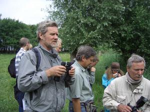 Michael Zerning (links) bei einer NABU-Exkursion im Kartzower Torfstich, Juni 2006