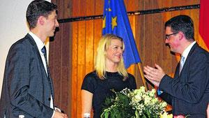 Stadtverbandsvorsitzender Jochen Emonds überreichte Nina Grüttemeier einen Blumenstrauß und beglückwünschte den Bürgermeisterkandidaten zum tollen Wahlergebnis.