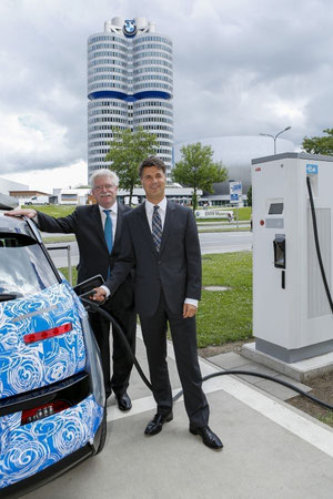 Harald Krüger (rechts), Mitglied des Vorstands der BMW AG, Produktion, und der Bayerische Wirtschaftsminister Martin Zeil (links) beim Laden eines BMW i3 an einer der neuen DC-Schnellladesäulen an der BMW Welt  Foto: BMW AG