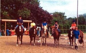 May-Britt Facklam mit 5 ihrer jungen Reitfans