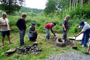 Après la réalisation en cire des sculptures et  leur enrobage en terre, il faut construire le foyer où sera chauffé le bronze ...