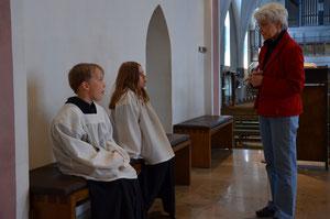Frau G. bringt unsern Neuen den Ablauf des Gottesdienstes bei. © Bild: Björn Merker