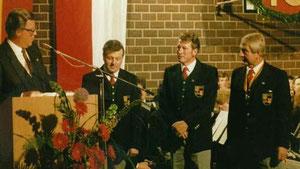 Bezirksvorsitzender Josef Mütz ehrt verdiente Musiker: Für 30-jähriges Musizieren- Max Beck und Willi Welz. Rechts im Bild ist Vorstand Josef Marschall.