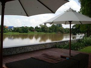 チェディチェンマイのプールから眺めるピン川