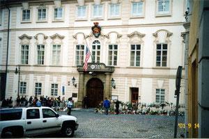 プラハのアメリカ大使館前