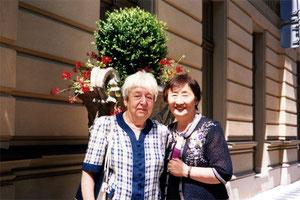 2009年、プラハの街でヘルガさんと私