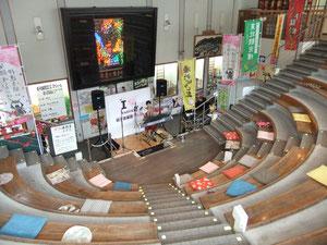 洒落た円形劇場風の駅ステージ