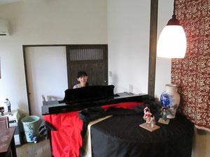 落ち着いた店内のピアノ