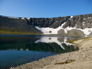 Озеро Академическое. Фото с сайта: http://www.hotay.ru/khibiny1.php