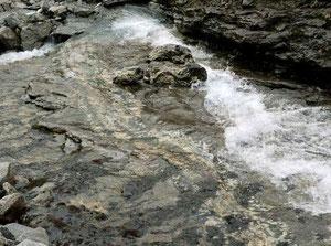 Астрофиллитовое ущелье. Фото с сайта: http://geo.web.ru/druza/l-reka.htm