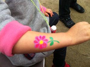 腕にお花のペインティング