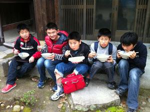 バザーでカレーを食べる息子とお友達
