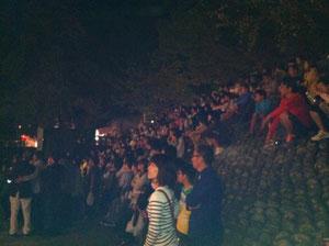 燈篭人形を石段で観る人々