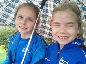...auch ein Regenschauer konnte die starken DJK Mädels Antonia u. Paulina nicht bremsen...;-)