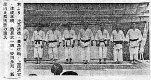 Right-to-left: Higa Seitoku, Kaneshima Shinsuke, Uehara Seikichi, Tsuha Komei, Onaga Taketoshi, Yasuda Hidenori, Shinzato Osamu, and Higa Kiyohiko (Exhibition of Okinawa products, Kumamoto, 1963)