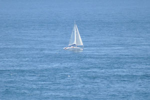 Segelboot vor Ponte du Raz
