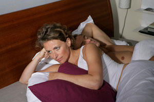 Schlaflose Nächte für die Partnerin und Gesundheitsgefahren für den Schnarchenden: Wie der Zahnarzt helfen kann (© proDente e.V.)