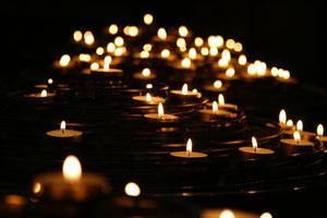 Brennende Kerzen in einer Kirche.