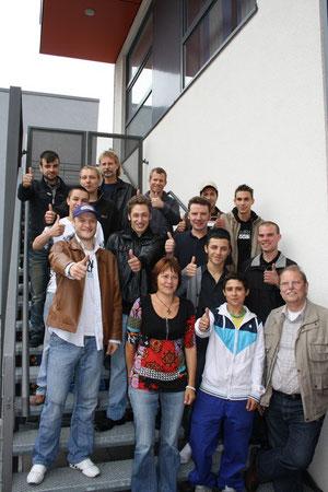 Die beiden Werkstatt-Jahrgänge mit Betreuern vor dem Jugendkombihaus. Foto: Stadt Bottrop