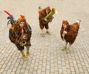 Drei verrückte Hühner auf dem Bottroper Wochenmarkt. Foto: Stadt Bottrop