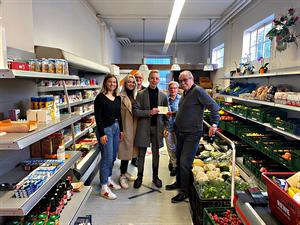 Schülerfirma des Georg Büchner Gymnasium Winnenden spenden großzügig dem Tafelladen