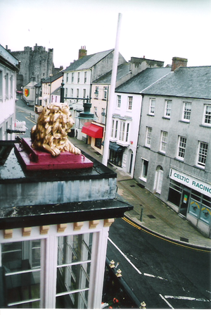 Hotelの正面に在るライオン像。奥にPembroke城が見える。