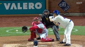 Bartolo Colon dei Mets si sposta come fosse un'interna, ma in realtà la pallina è esterna fuori del piatto (foto da sportsonearth.com)