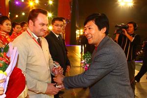 Le PDG d'iG SolTherm recevant  un prix en Chine (2011).