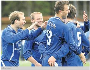 Die FC Spieler jubeln: Maxi Körner, Manuel Deutschmeyer, Matthias Riesch und Andreas Grasegger bejubeln den 1:0 Sieg gegen Gaissach (Bild: @OR)