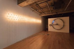 《100の白熱灯のための接点#2》 撮影:麥生田兵吾/ 写真提供:TEZUKAYAMA GALLERY