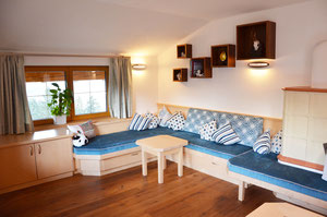 Die Möbel in diesem Zimmer haben wir aus einer Kombination ...