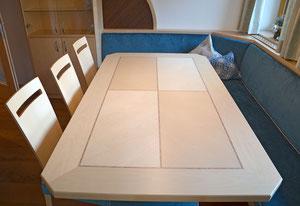 Die Holzoberflächen sind gebeizt und mit umweltfreundlichem Wasserlack behandelt. Diese Aufnahme vermittelt recht gut, wie angenehm es sich anfühlt, diesen Tisch anzugreifen.
