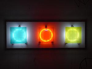 o.T., 2015 , Glasarbeit mit Neonringen, sandgestrahltes Floatglas/Echtantikglas, Neonringe