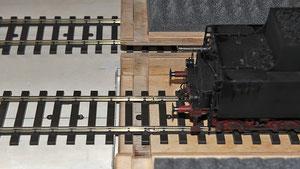 Die geöffnete Loktransportkiste in das Gleis der Anlage eingeschoben.