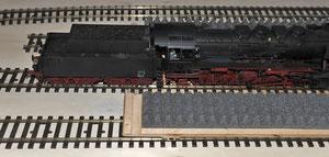 Die Lok kann niveaugleich mit Hilfe der Zentrale heraus- und wieder hereingefahren werden.