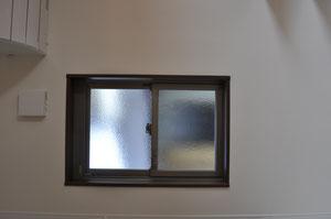 小さな窓は、時に大きな役割を担ってくれます。