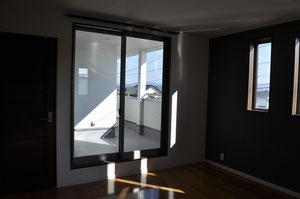 寝室から見える2階バルコニーは解放感があるのにプライベートな空間になっています。