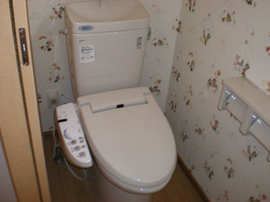 トイレのクロスはこだわりのディズニーキャラクターです。(お施主様が施工されました。)