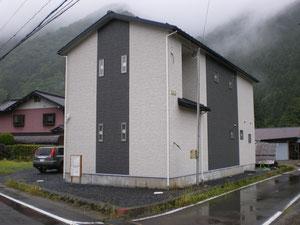 北東角から ヨコ樋の黒・縦樋の白、外壁に合わせたこだわりです。
