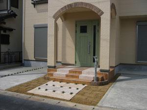 玄関回りタイルの貼り方がこだわりです。