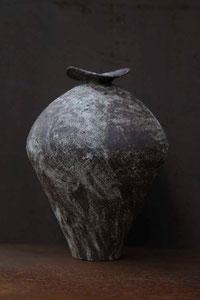 焼締め壺      もっとも原始的な造形方法のひとつ、紐作りを用いて成形。器肌に白い泥を施し、焼成後のヤスリなどで磨き上げその質感を生み出します。土の中で悠久の時を経たような雰囲気をまとっています。