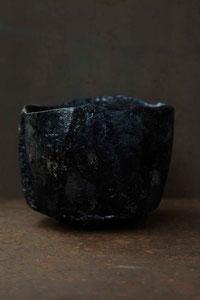 益楽(ましら)茶碗     唐物や渡来物を尊んだ茶の湯の価値観の中で、初めて日本の美を体現した「楽」の技法を使った作品。本来「楽」の呼び名は楽家のみ使えるものと考え、益子の地でつくり、楽の焼き方を用いているので「益楽・ましら」と名付けました。「ましら」とは「猿のごとく」と言われるように「猿」をあらわす言葉。楽家のまねをさせていただき遊んでいるという意味も込めています。