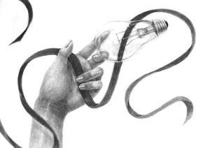 M.Oさん作 手とモチーフ(電球、リボン)の構成デッサン