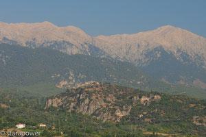 Auf steilem Fels vor der Kulisse des Taurus ruht Tlos