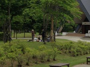 天気の良い日は外の公園で食事も