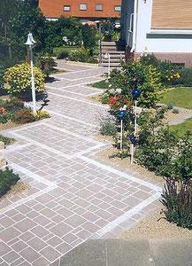 Korfmacher Gärten: Frisch gepflasterter Eingangsweg