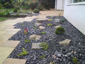 Korfmacher Gärten Kiesbeet (Warsteiner Zierschotter) mit alpiner Bepflanzung