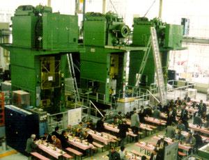 Versuchshalle PTZ Produktionstechnisches Zentrum Berlin, hier mit gedeckten Tischen für das Mittagessen Schienenfahrzeugkongess Jan 1999. Quelle: Helga Karl
