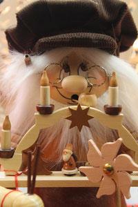 Weihnachtsmarkt Alexanderplatz: Geschnitzte Holzpuppe. Foto: Helga Karl 2014
